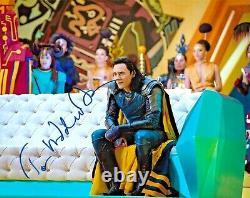 Tom Hiddleston Les Avengers Endgame Loki Thor Signé 8x10 Auto Photo Dg Coa (b)